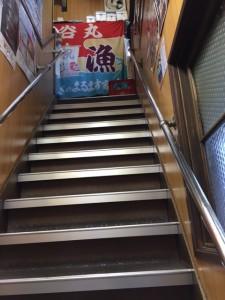 急な階段で2階席へ